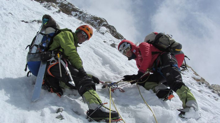 Gerlinde und Ralf an einem der vielen Standplätze im Aufstieg nach Lager II © Maxut Zhumayev