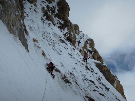 Im Steilaufschwung kurz vor der Felsschulter - wo wir teilweise auch auf dem Weg nach Lager II zwischenbiwakieren © R. Dujmovits