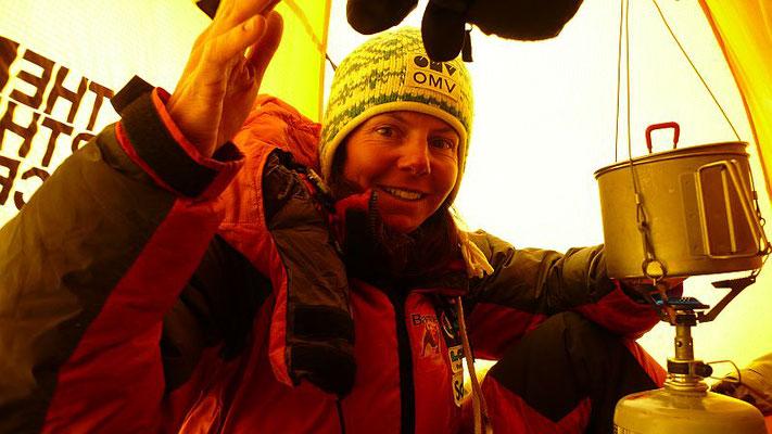Gerlinde genießt die 2 sturmfreien Kubikmeter unseres Biwakzeltes