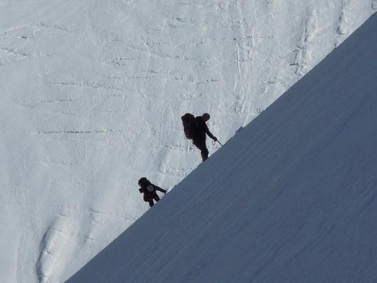 Im Aufstieg am Schneegrat zwischen Lager I und Lager II hoch über dem K2-Gletscher © Ralf Dujmovits