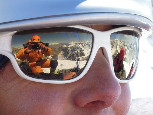 Gerlindes Sonnenbrille spiegelt das herrliche Wetter wieder nach dem Erreichen von Lager III © Ralf Dujmovits
