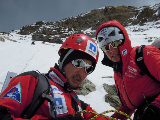 Maxut und Gerlinde an einem der vielen Standplätze im Aufstieg nach Lager II © Ralf Dujmovits