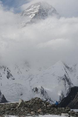 Endlich reißt es auf und der K2 ist zu sehen