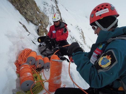 Vassiliy (links) und Maxut organisieren das Fixseil-Depot zwischen der Felsschulter und Lager II © D. Zaluski