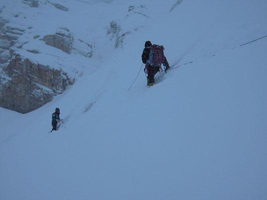 Seilgesichert folgt Darek Maxut in einer schneebrettgefährlichen Passage zum Beginn des Einstiegscouloirs © Ralf Dujmovits