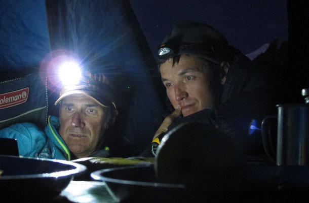 Ralf und Vassiliy studieren die Wettervorhersage © G. Kaltenbrunner