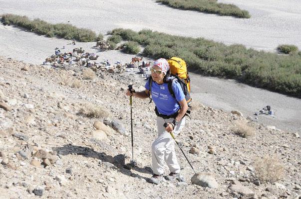 Aufstieg vom letzten Zwischenlager auf dem Weg zum Basecamp <br> Ralf Dujmovits