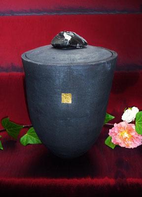 """stilvolle Urne """"Alya"""", Rakubrand mit Blattgold und Lavaglas, verkauft"""