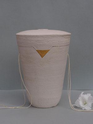 schlichte Urne mit Blattgolddekor