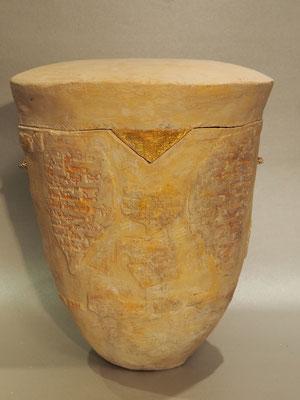 "Urne ""Isis"", Lehmfarbe, Blattgold"