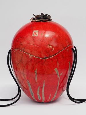 rote Urne , Raku mit Keramikrose