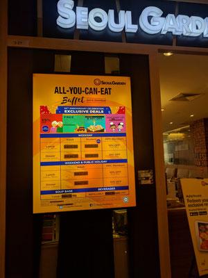 韓国系レストランではJAKIMのハラール認証が掲示されていた。夜は団体客でにぎわっていた(プトラモール内)