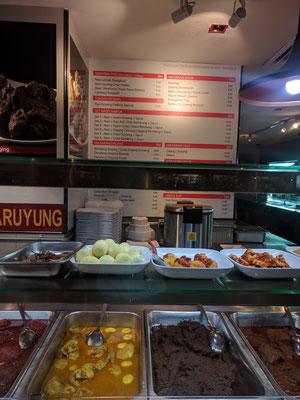 フードコートの一角にあった伝統的な料理の店。自分でご飯とメニューを選んで食べられる。