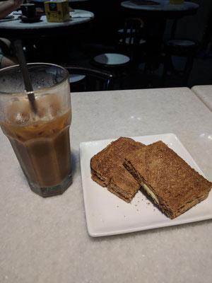 """これも人気チェーン""""Old Town White Coffee""""での朝食の定番カヤトーストとアイスホワイトコ―ヒー甘さ控えめ。"""