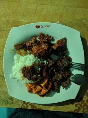 お任せで選んでもらったら単調な色合いながら基本のナシレマッ(テンペ、ルンダン、ナッツ、干し魚、サンバル、揚げ豆腐)が完成。