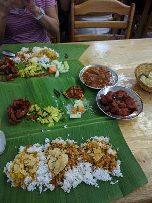 マレーシア在住歴の長い方に連れて行っていただいたインドカレーのお店。バナナの葉の上でお米とおかず、3種のカレーをかけて混ぜて食べる。