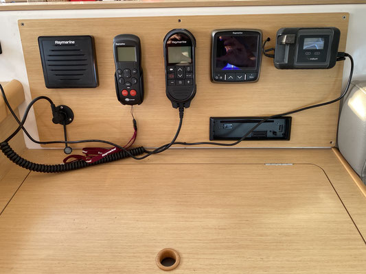 """... und hier bis zum """"Kartentisch"""" wo das Iridium Go, ganz rechts oben zu sehen ist. Ein neues Funkgerät inkl. Lautsprecher und eine Fernbedienung für den Autopiloten sind auch noch neu dazugekommen!"""