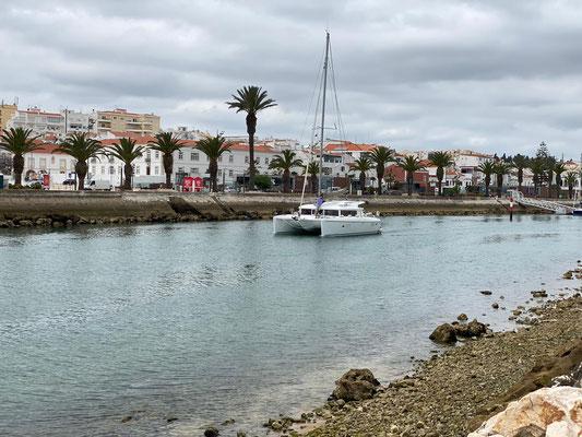 Martin und Susanne von der Lunara waren netter Weise bei mir mit an Bord, um mich bei der ersten Fahrt zu begleiten ... hier kommen wir den Kanal aus der Marina entlanggefahren ...