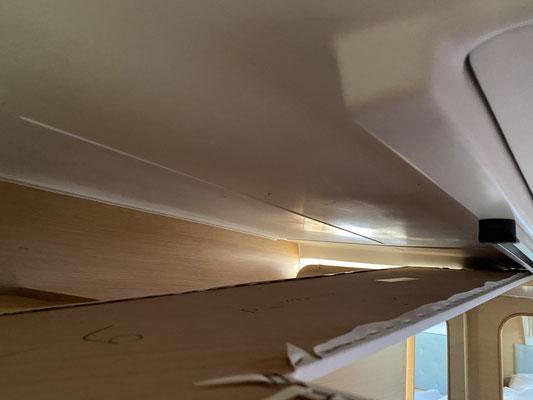 Unter den Deckenpaneelen ist nur im Salon Platz ein Kabel zu verlegen ... in der Backbordkufe habe ich über zwei Stunden alle Deckenpaneele abgeschraubte und leider keinen Platz für das Dicke Antennenkabel gefunden ;o( ...