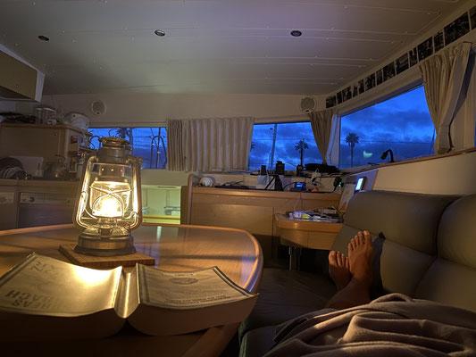 """Auch wenn die Tage nicht stressig sind ... Abends ist man doch """"geschafft"""" und wenn auch nur von der vielen frischen Luft ... die neuen Petroleumlampen machen es jetzt auch richtig gemütlich an Bord !"""