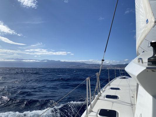 ... bei ordentlich Wind (20 - 25 Knoten) ging es dann ziemlich zügig die knapp 55 Seemeilen nach Santa Cruz de Teneriffe ... in der Spitze hat die Indigo Moon 10,6 Knoten über Grund geschafft ... eine stolze Leistung!