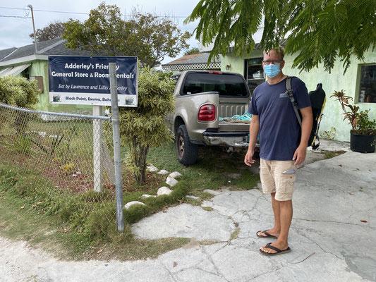 """... auf den Inseln herrscht Maskenpflicht ... hier vor einem kleinen """"Supermarkt"""" auf BlackPoint Cay ..."""