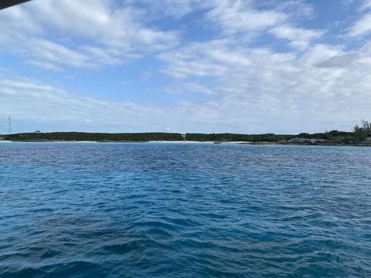 Durch den Highbourne Cay Cut bin ich dann in den flachen Teil der Bahamas gefahren ... schon komisch, wenn man plötzlich nur noch 2 oder 3 Meter Wasser unter dem Kiel hat  ... oder weniger.