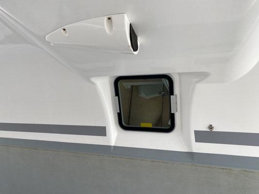 ... habe ich die Chance genutzt, um gleich noch vor der ersten Fahrt die Aluminiumschienen (links und rechts am Fenster) montieren zu lassen. So soll verhindert werden, dass die Scheiben unterwegs einfach rausfallen ... ob das klappt ?!?