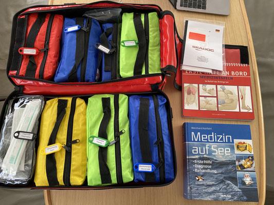 Nun wurde es auch Zeit die medizinische Versorgung zu durchdenken! Mit der Tasche vom SeaDoc aus Hamburg ist eine gute Grundlage geschaffen! Dazu gibt es reichlich Medikamente ... also alles gut !
