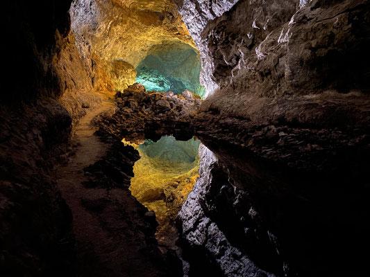 """In der """"Jameos Verde"""" gibt es einen Unterirdischen See, der bei glatter Oberfläche (wie hier im Bild) die Decke der Höhle spiegelt, so dass es so aussieht als wenn es tief hinunter geht ... sind aber nur 20 cm!"""