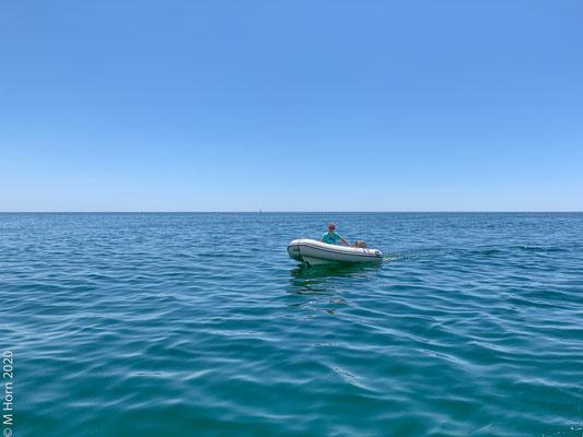 """Also ab die Post über das """"offene Meer"""" ... da keine Wellen waren, konnte ich mich auch endlich mal an das volle Leistungspotenzial meines 20 PS Außenborders herantasten ... für eine Person im Dinghy ist der Motor eigentlich schon fast zu groß, ..."""