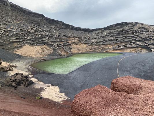 """... und zur. """"Grünen Lagune"""" ... die Lagune wird durch Meerwasser gespeist und da das Wasser kontinuierlich verdunstet hat die Lagune einen sehr hohen Salzgehalt, der wiederum Algen gedeihen lässt (=grün)"""