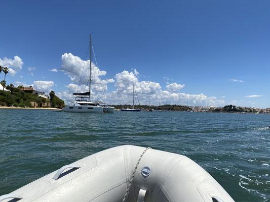In der Bucht wird auch gerne geankert ... dank Corona sind manche Boote hier schon mehrere Monate vor Anker und sitzen die Krise aus ...