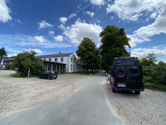 Quasi im Nachbardorf ... immer einen Besuch wert, das Gut Panker! Ein wunderschönes Anwesen, verwaltet durch den Prinz von Hessen, auf dem er auch Trakehner züchtet (hier ein Teil der Stallungen) ...