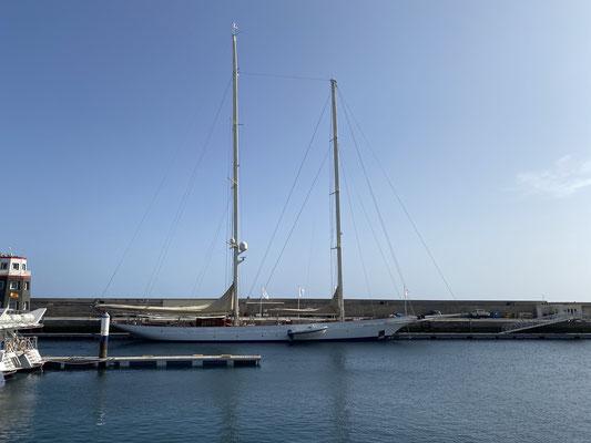 """Aus der Marina """"Puerto Calero"""" ist heute die 55 Meter Yacht """"Adela"""" losgefahren gen Antigua ... langsam kribbelt es mir auch unter den Fingernägeln endlich loszukommen!"""