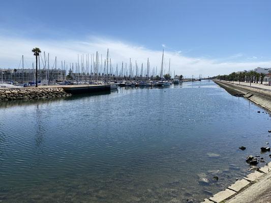 """... Hier die """"Rennstrecke"""" von """"meiner Ecke"""" des Hafens bis zur Brücke am Marina-Ausgang (hinten im Bild) ... weiter als die Brücke sollte man allerdings nicht fahren ... dann lässt einen die Marinepolizei ggf. nicht mehr rein ;o("""