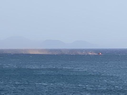 Außerhalb vom Hafen hat heute jemand anscheinend mal seine Rettungsinsel samt orangenem Nebeltopf ausprobiert ... so sieht das also aus! Man weiß ja nie ob man es mal braucht ;o)