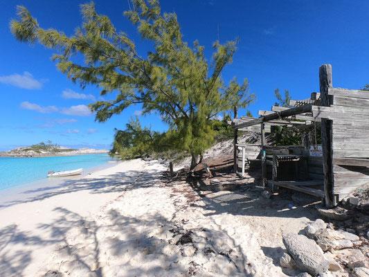 """ca. 500 Meter weiter mit dem Schlauchboot zu einem Strand am Nordende von Staniel Cay ... und dort findet man die """"Pirate Trap"""" vom Zeichner der Werner Comics ... der hat hier wohl mal einige Zeit verbracht und in dieser Hütte gelebt! (Fun Fact)"""