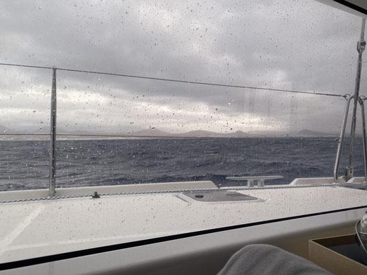An der Nordspitze steigt der Wind dann auch am frühen Morgen auf 42 Knoten und peitscht die Wellen nochmal richtig an bevor es bei Anbruch des Tages ruhiger wird.