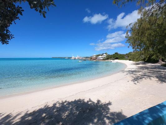 Hier der Blick auf den Staniel Cay Yacht Club, wo man lecker essen kann ... die Insel ist auch einer der wenigen Orte, wo man Lebensmittelvorräte aufstocken kann und lecker essen kann. Weite Teile der Exumas sind Privat!