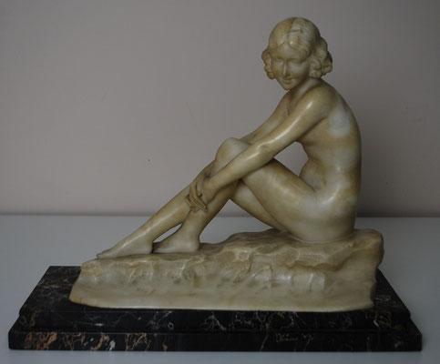 """""""Joven sobre una roca"""". A. Saccardi. S. XX. Alabastro y base de mármol negro veteado. Estado inicial."""