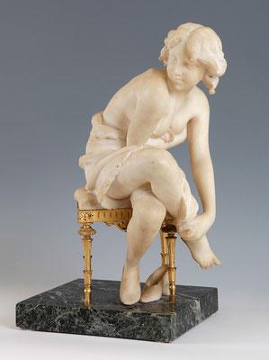 """""""Joven sobre una silla"""", de A. Luchini.  S. XX. Mármol blanco, madera dorada y base de mármol veteado. Estado inicial antes de sufrir un accidente."""
