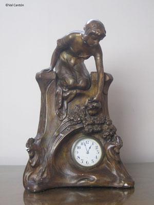 Escayola patinada. Reloj modernista. Estado inicial. Anverso.