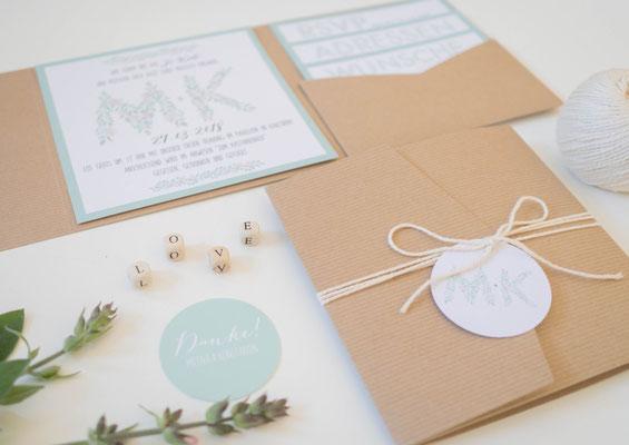 Pocketfold-Einladung (Juhu Papeterie, Kraftpapier, mint, schick, Blaubeeren, Hochzeitsset, Hochzeitsdesign)