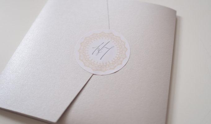 Pocketfold-Einladung mit Aufkleber (Juhu Papeterie, Hochzeitsset, gold, altrosa, individuell, elegant, Hochzeitseinladung, quadratisch, elegant)