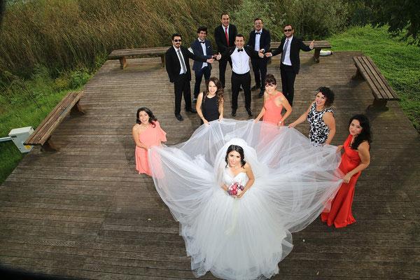 """Die Braut inmitten Ihres """"Gefolges"""""""