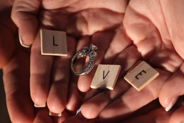 Überreicht einen Verlobungsring!