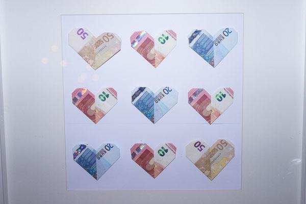 Geldscheine zu romantischen Herzen gefaltet