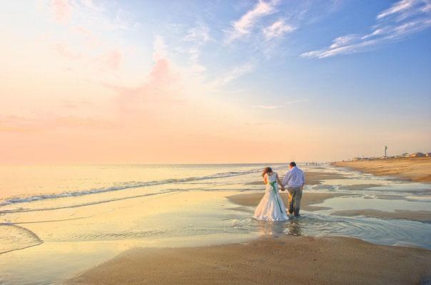 Romantischer Strandspaziergang nach der Trauung