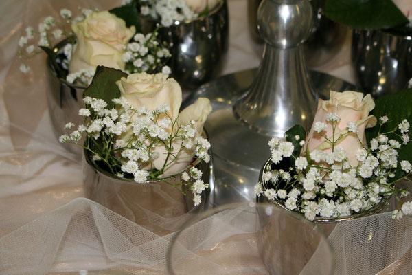 Mix aus Blumen und Kerzenständern